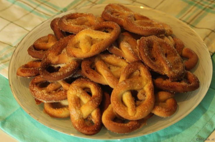 Koekjes bakken, het blijft leuk! Zeker op een regenachtige zondag… zo'n dag waarop je niet voor je plezier naar buiten gaat, druilerig, vies, nat. Zo ook afgelopen zondag…. lekker binnen blijven dus en koekjes bakken, wat een heerlijke zondag. Alwin wilde graag dat ik krakelingen ging bakken. Ik noem ze altijd krakeldingen… ik weet ookRead More