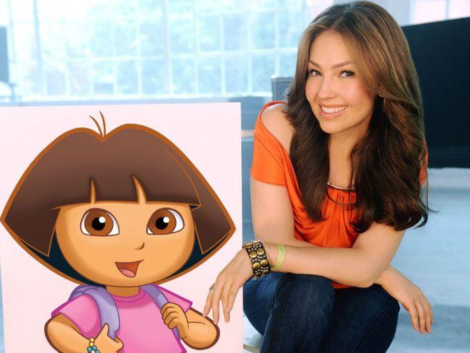 La popular serie infantil, Dora la Exploradora, está a punto de recibir a una verdadera estrella mexicana. Thalía será una invitada especial en el episodio que se transmitirá este viernes.  La caricatura trata acerca de una niña latina bilingüe de 7 años que enseña a los pequeños diferentes palabras en inglés y español.