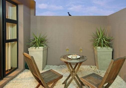 In between quaint cobblestone roads and immaculately kept gardens you'll find Colonial Lofts Unit A. This 3 level self catering apartment has been lovingly restored and is ideally located at the heart of Cape Town's historic Waterkant District.