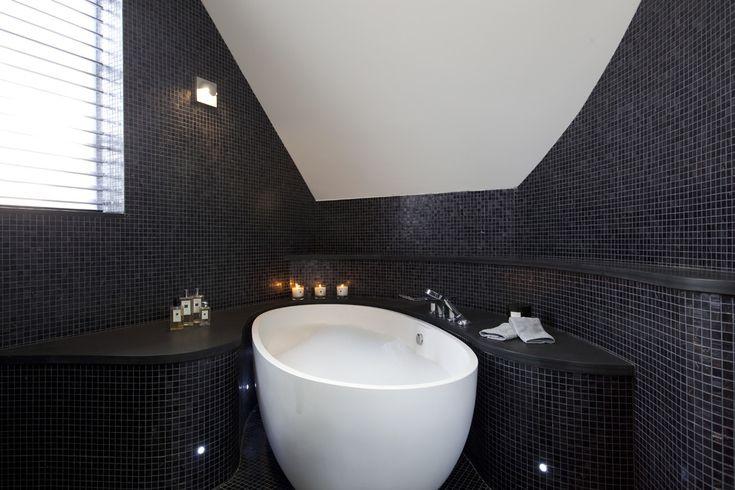 Черно-белая ванная комната (56 фото): шик и оригинальность в вашем доме http://happymodern.ru/cherno-belaya-vannaya-komnata-56-foto-shik-i-originalnost-v-vashem-dome/ Фото 27 - Стена ванной комнаты из черной мозаики