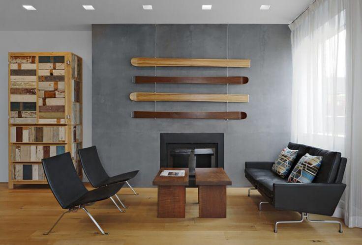 Einfache Wohnzimmer verfügt über moderne schwarze Ledermöbel, ein Gas-Kamin und modulare hölzerne Couchtische. Gardinen verdecken die Sicht von außen, aber die viel Licht in den Raum.