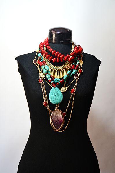 collares rojos, turquesa y dorados