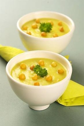 Zupa krem z porów 3 ładne pory (tylko białe części) 2 ziemniaki 1 litr bulionu warzywnego 250 ml mleka (3.2-proc.) 120 ml gęstej śmietany (22-proc.) masło do smażenia sól pieprz gałka muszkatołowa posiekana natka lub szczypiorek do posypania
