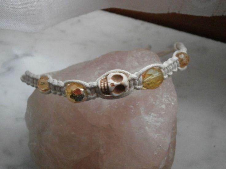 braccialetto in cotone, stile shambala, macramè nodo quadrato, con perle gialle e teschio bianco