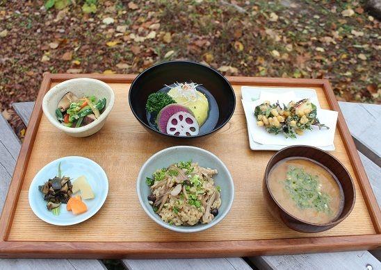 炊きたてご飯と味噌汁の組み合わせ。 朝食の定番。