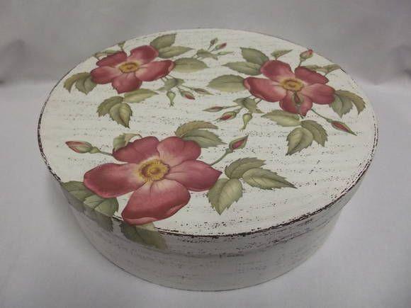 Caixa redonda grande em MDF decorada com pintura provençal e decoupagem. R$ 68,00