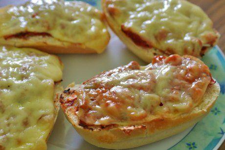 Für ein tolles Fingerfood sorgt das Rezept Salsa-Baguettes. Mit Zwiebel, Tomaten, Peperoni, und Salsasauce wird es eine mexikanische Variante.