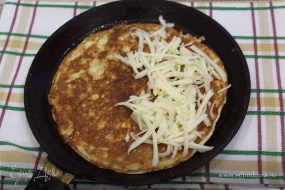 Переворачиваем блин, кладем на него любую начинку (у меня сыр), можно положить помидорки, зелень, колбаску, творог с зеленью и т.д. Закрываем крышкой и оставляем еще на 2-3 минутки.
