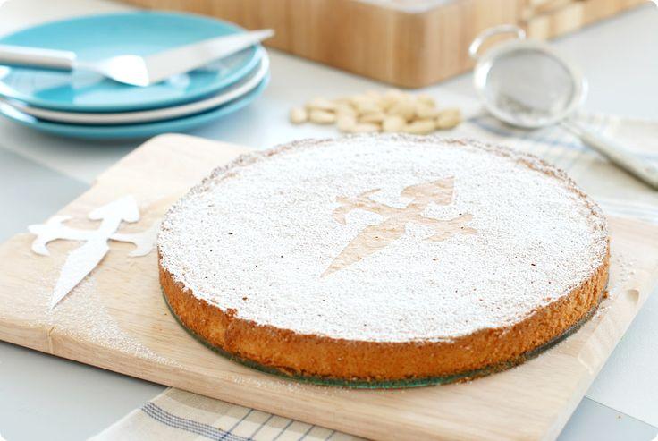Receta fácil para Thermomix de la famosa Tarta de Santiago. Ideal para celebrar el día 25 de julio, día de Santiago Apostol y día de Galicia.