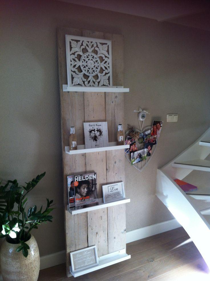 Tijdschriftenrek steigerhout met witte plankjes van de Ikea. Leuk!