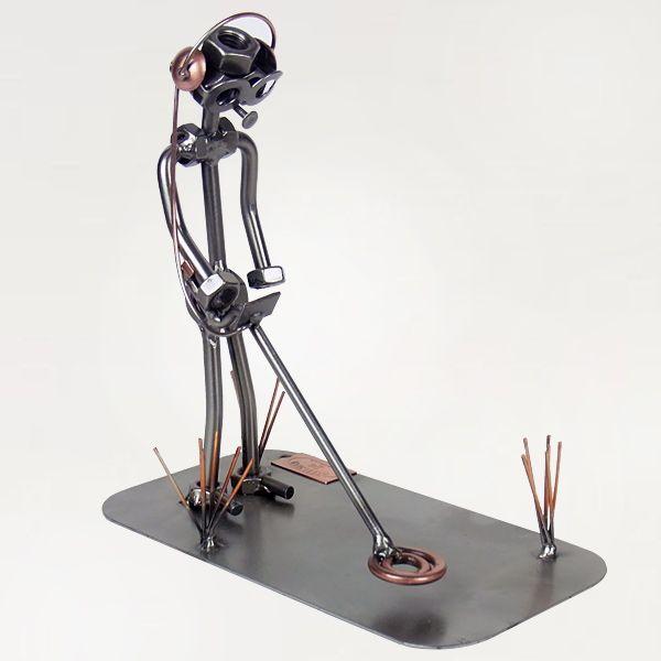 Cadeau beeldje, Metaaldetector Product.nr.: 4088 Schaal: 4088  Man met de metaaldetector op zoek naar schatten in de aarde. Afmeting 17 x 17 x 9 cm, Gewicht: 0.34 kg.