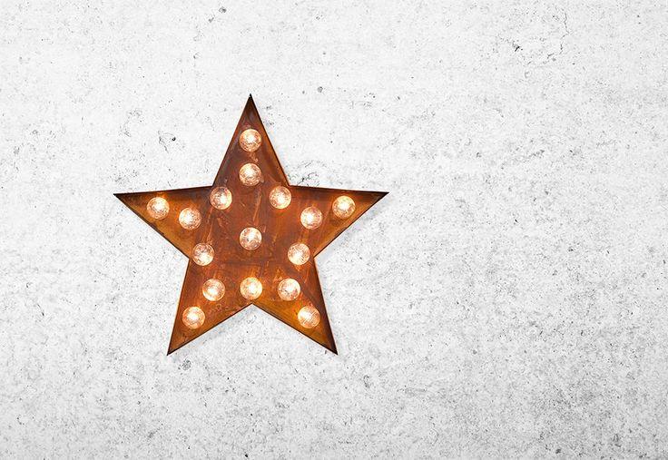 Metalen ster lamp in roestige effectAlle letters van het alfabetHoogte 33 cm breedte: 28 cm Diepte: 5.5cmDeze letter lampen zijn niet geschikt voor gebruik buiten.Werkt op een transformator of batterij (niet inbegrepen in de prijs)transformator kan gebruikt worden voor 5 lampen.transformator: €5,00Zo niet op voorraad, 2 weken levertijd.