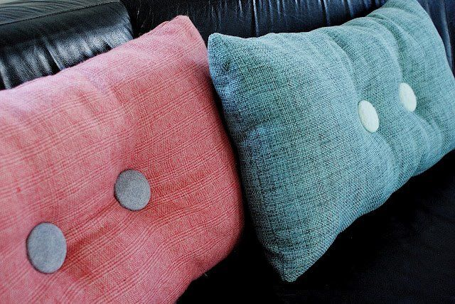 Via Charmerende | DIY Pillow Buttons like Hay Dot Pillow
