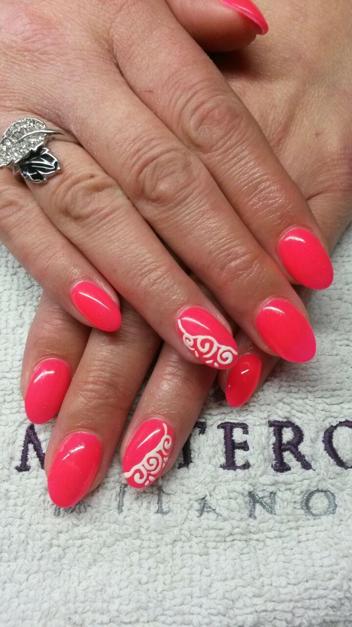 NEON koraal feestelijke nagels.  http://izanailsecrets.nl