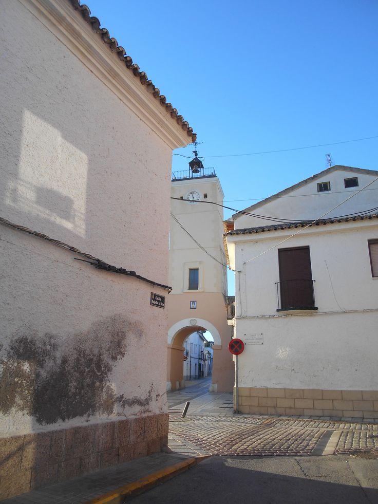 Torre del Reloj desde esquina de Plaza mayor con calle esquinera a esta.