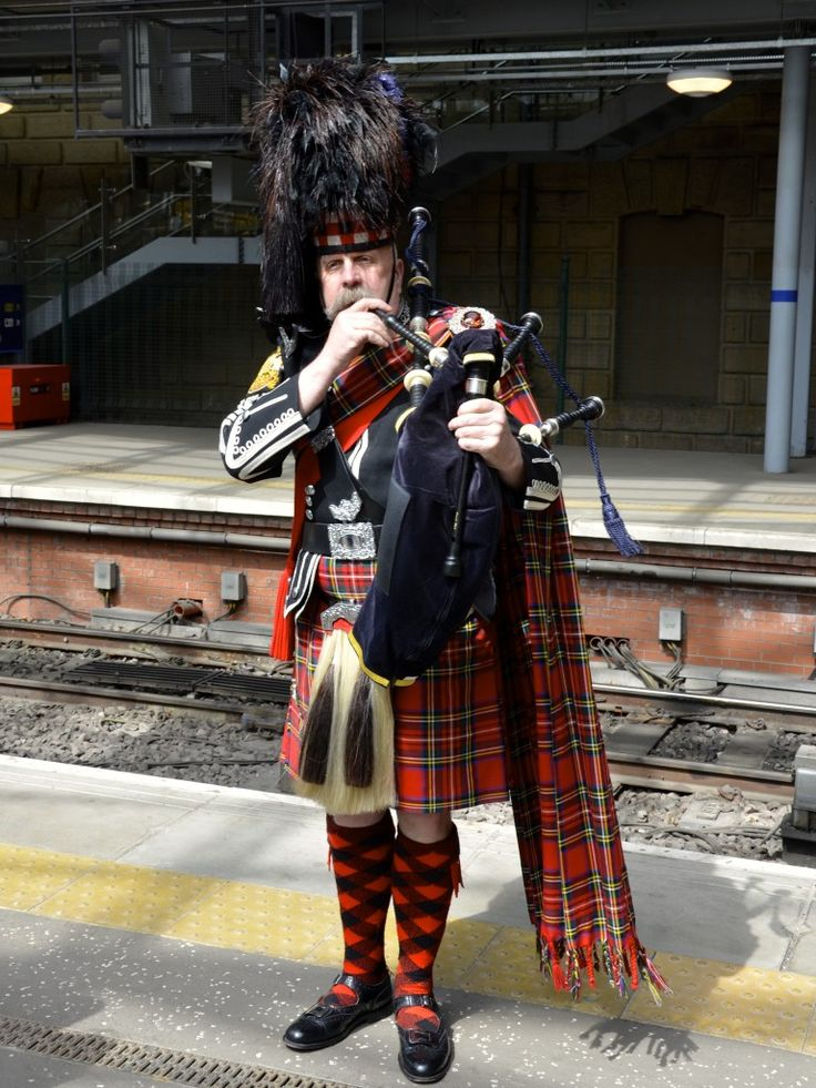 Bagpiper to the Royal Scotsman train