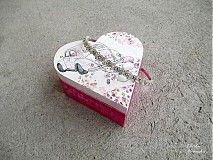 Svadobná krabička v tvare srdca, zhotovená dekupážou.  Na záver prelakovaná.