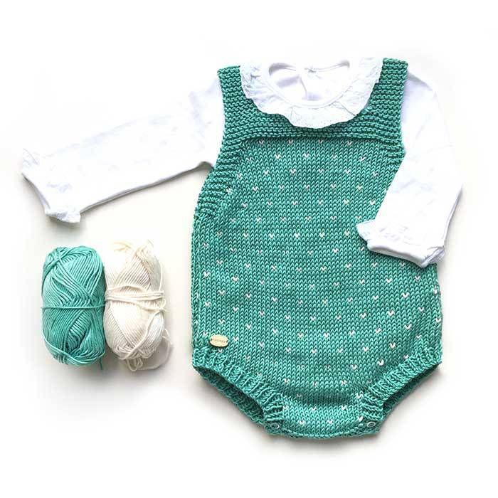 """Peto de punto de bebé """"Topitos"""" – Patrón y tutorial DIY a dos agujas"""