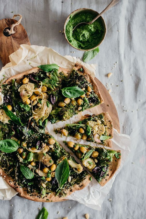 Very Green Vegan Flatbread Pizza. Believe us when we say that you will not look back after trying a vegan (cheese-free) pizza. Ahhh, delish! #veganpizza #pizzaforlife via The Awesome Green