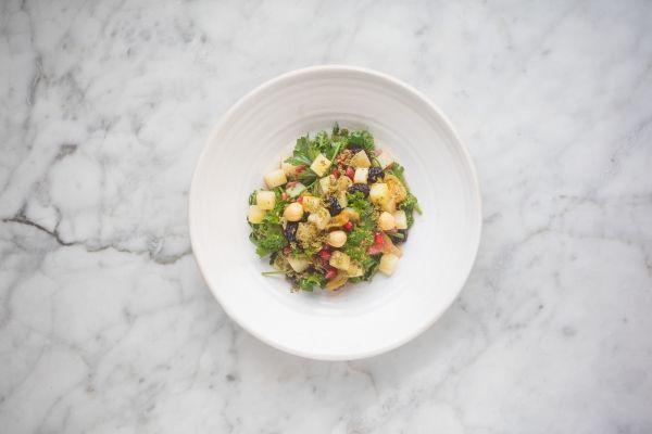 Een overheerlijke salade van tuinkruiden, aardappel, kikkererwt, rozijnen en granaatappel, die maak je met dit recept. Smakelijk!
