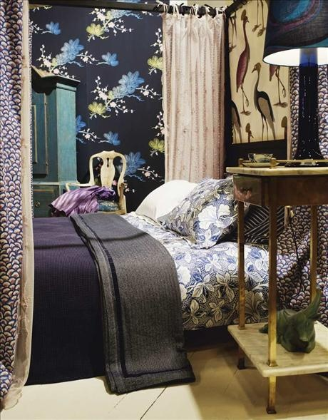 Nattduksbord i mässing, 1920-tal, glaslampa 1970-tal, båda från Domino. Kopp med fat, Årstiden. Blå...