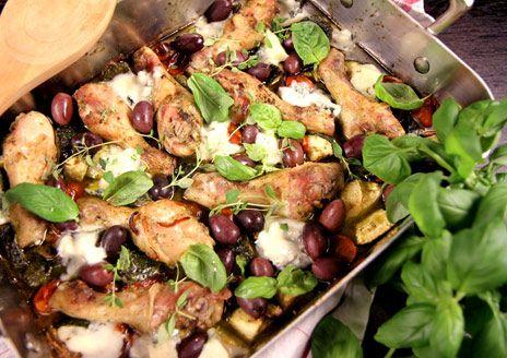 Ugnsrostade kycklingben med vitlöksdoftande chili- och örtolja samt tomat, zucchini, rödlök, gorgonzola och oliver. Ett bra middagstips med kyckling!