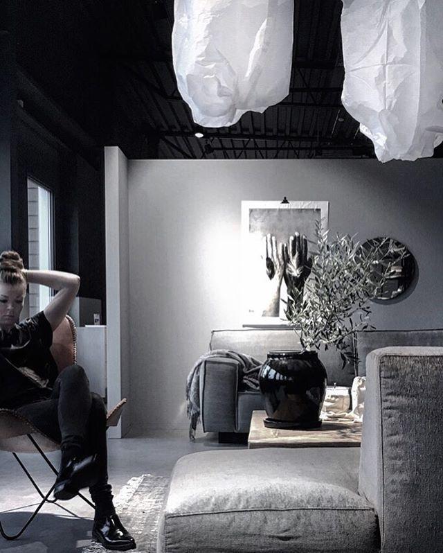 Hårfix innan öppning i miljö som andas olika i en skön och operfekt mix. Lättsamt och okomplicerat. Precis som inredning ska va tycker ja:) Galet rolig jobbvecka vecka (som fortsätter imorrn) och fin fredag hörrni♡  #workwork#interior#styling#furniture#details#simplicity#furninova#vesta#lovewarriors#housedoctor#jakobssonsörebro @jakobssonsmobler