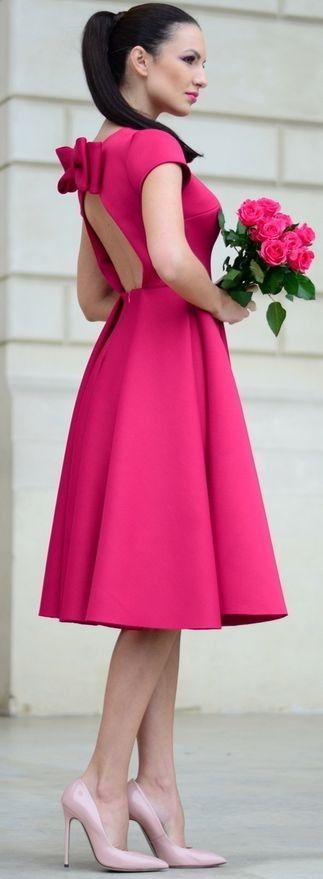 Vestido rosa fuerte corte A y lindas zapatillas rosa claro