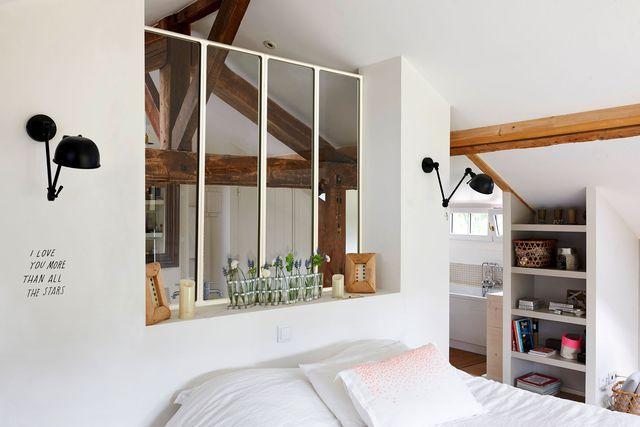 Verrière blanche entre la salle de bains et la chambre, pour créer une véritable suite parentale. Lapeyre