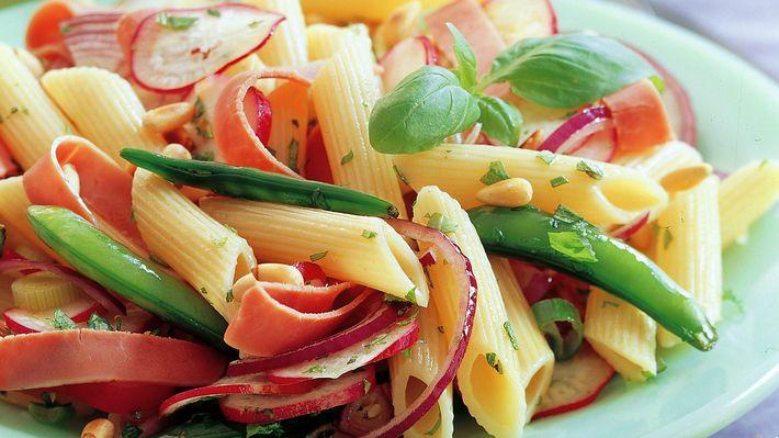 Skinke- og pastasalat - Sunn - Oppskrifter - MatPrat  - steke skinken litt i stekepanne før den tilsettes i salaten?