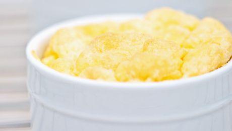 Recette Soufflé de pomme de terre : Pour préparer votre soufflé de pommes de terre:1/ Préchauffer le four à 220 °C.2/ Dans un grand faitout, faire cuire l...