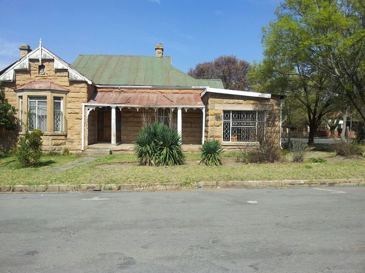 Sandstone house with a 2 bedroom flat, in the cbd of ficksburg, close to the taxi rank. Can be zoned for business. R neg