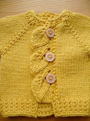 Adorable chaqueta, en color mostaza, a calceta, con adorno de hojas en la apertura by miss-print.