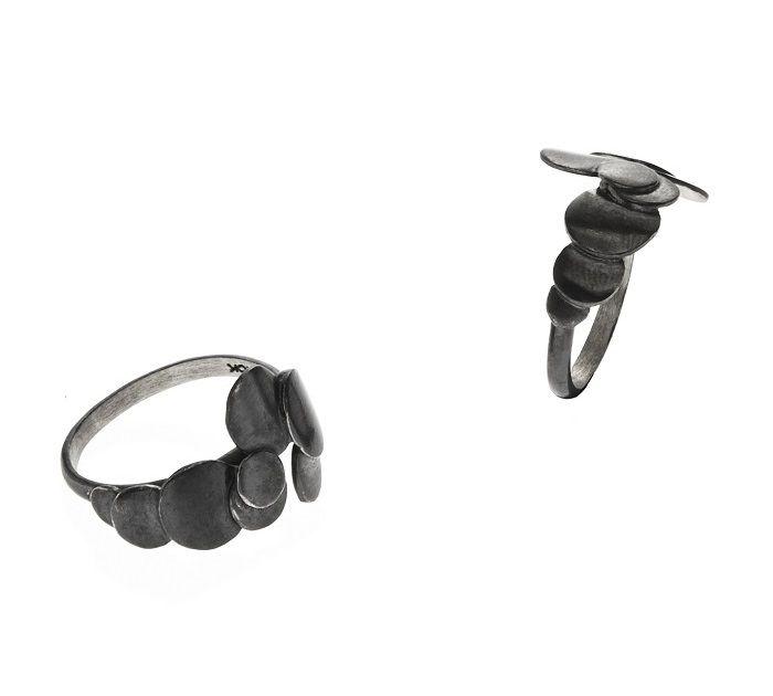 Maria Black Konfetti ring i oxideret sølv. En fed ring der virkelig kendetegner Maria Blacks smykkeunivers: Geometriskefigurer og kant!