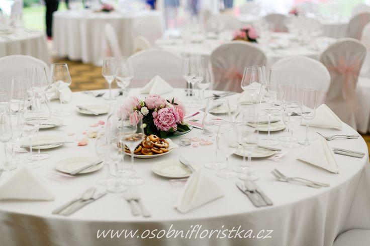 jemně růžová aranžmá na stolech dodají tu správnou romantickou atmosféru