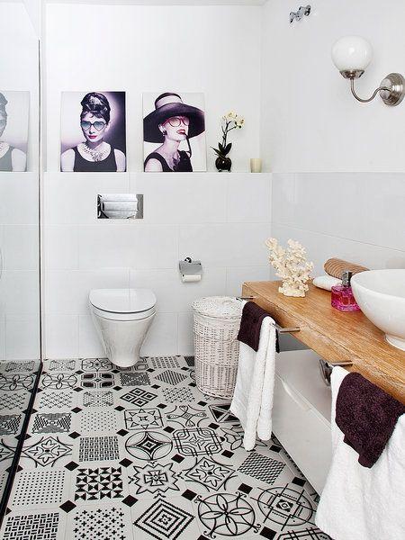 Baño decorado con suelo hidráulico en blanco y negro y sanitarios en blanco