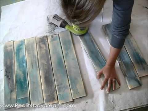 Elle applique différentes couleurs sur des planches, une fois terminé, son projet est MAGNIFIQUE! - Trucs et Bricolages