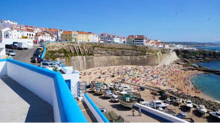 Pescadores Beach - One of Ericeira's most popular bays, right in the heart of this village, next to a colourful harbour, sheltered from the wind, ideal for swimming.