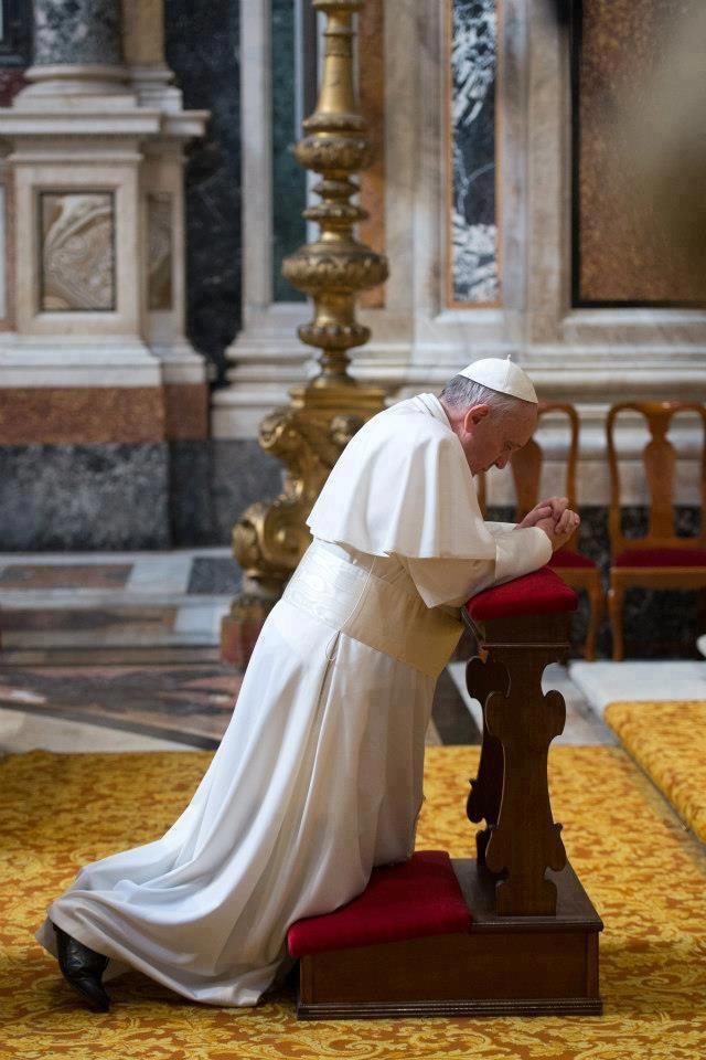 Maintenons vive notre foi par la prière et les sacrements ; soyons vigilants pour ne pas oublier Dieu. (Pape François, Tweet du 24 avril 2013)