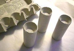 Boucher des rouleaux de papier toilette avec des alvéoles d'oeufs pour un calendrier de l'avent personnalisé.