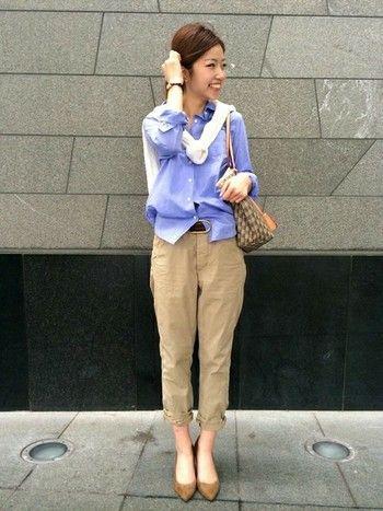 爽やかなブルーのシャツにチノパンを合わせて。 清潔感がありつつ動きやすい、オフィスカジュアルのお手本コーデです。