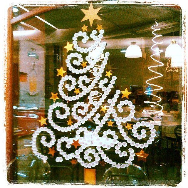 arbol de navidad pino de navidad hecho con tapones blancos sobre el cristal de