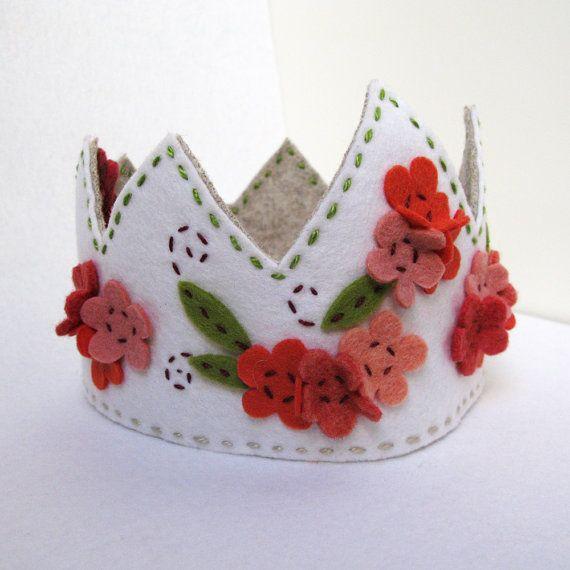 Corona de fieltro para la reina de la casa.
