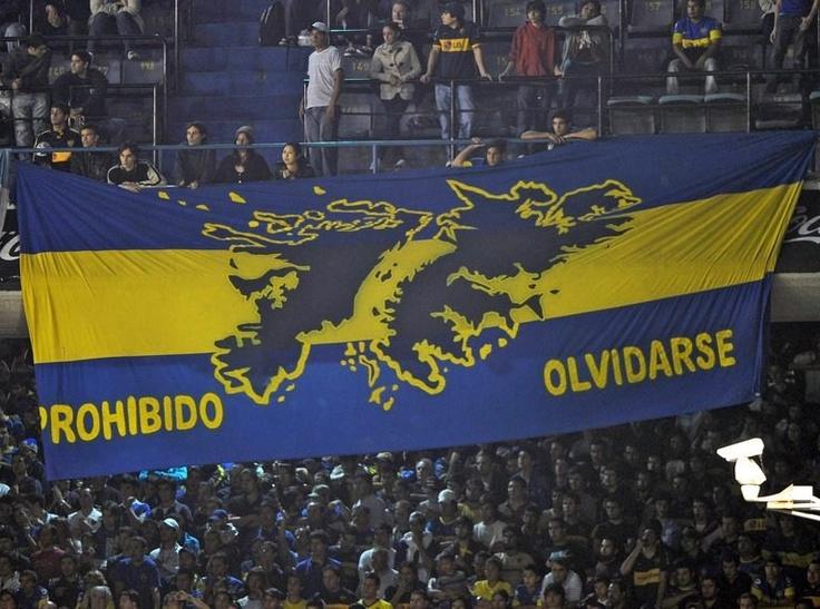 La bandera del club argentino Boca Juniors con el dibujo de las Islas Malvinas durante un partido de la Copa Libertadores 2012 contra el también argentino Arsenal FC en el estadio La Bombonera de Buenos Aires, Argentina, el 29 de marzo de 2012.