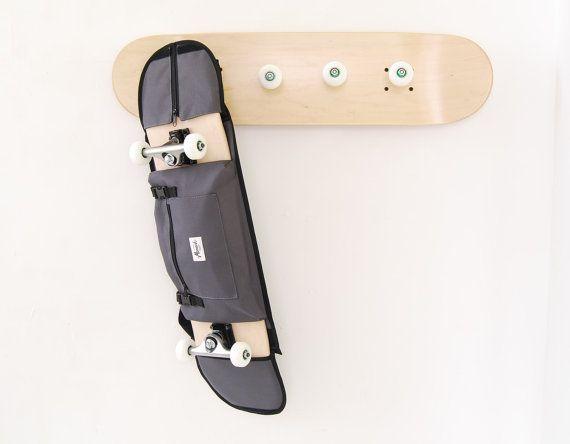 Décoration skate Porte-manteaux skater et sac à dos gris pour planche de skate. cadeau original pour les patineurs / skateurs.