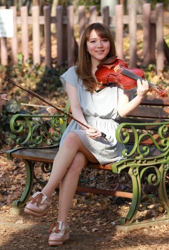 木漏れ日のベンチでバイオリンを手にする相知明日香 Photo By スポニチ ミニスカートがトレードマークの美人バイオリニストが話題だ。東京芸大卒の相知明日香(おおち・あすか)で、9日に25歳の誕生日を迎えた。昨年、矢沢永吉の日本武道館公演で演奏。憧れの歌手・浜崎あゆみのアルバム曲の収録に参加するなど、活動の幅を広げている。 「クラシックをやっている人は地味と思われがち」と、オシャレに人一倍気をつかう。欠かさないのがミニスカで「寒くても必ずはきます。可愛くて実力もある人が目標」と言う。腕を磨くため、今年は米ニューヨークのジュリアード音楽院に短期留学予定。「お芝居もやってみたいですし、新しいことにたくさん挑戦できるバイオリニストになりたい」と目を輝かせた。