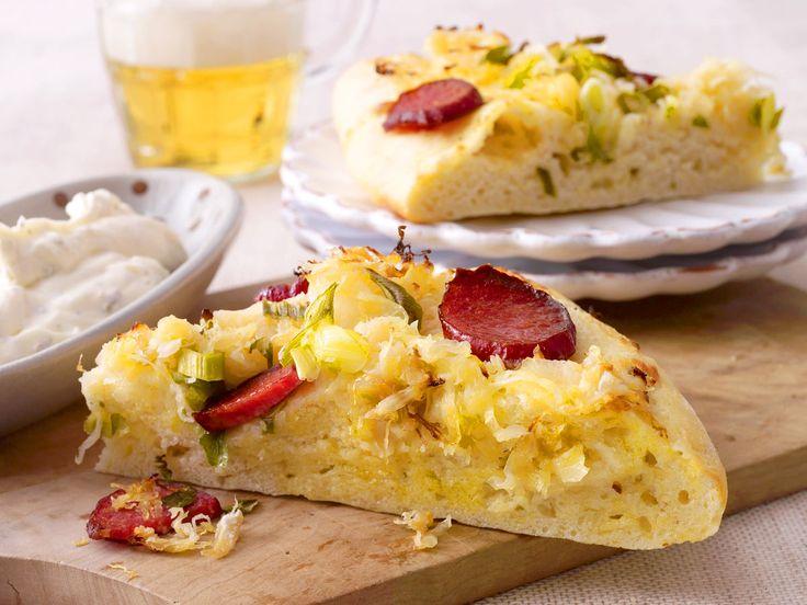 Kartoffelkuchen mit Sauerkraut und Kabanossi