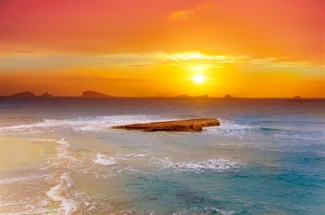 Ibiza, Cala Comte op Ibiza!  Voor deze en andere prachtige hoogtepunten op Ibiza, lees hier verder: http://www.vakantiehuizenspanje.nl/Ibiza-provincie/artikels/ibiza-by-day-dagexcursies-op-dit-gevarieerde-eiland  #ibiza #strand #torre #uitstapjes