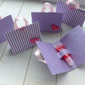 Paars-witte traktatietasjes met lipglossje voor verjaardag. Birthday present