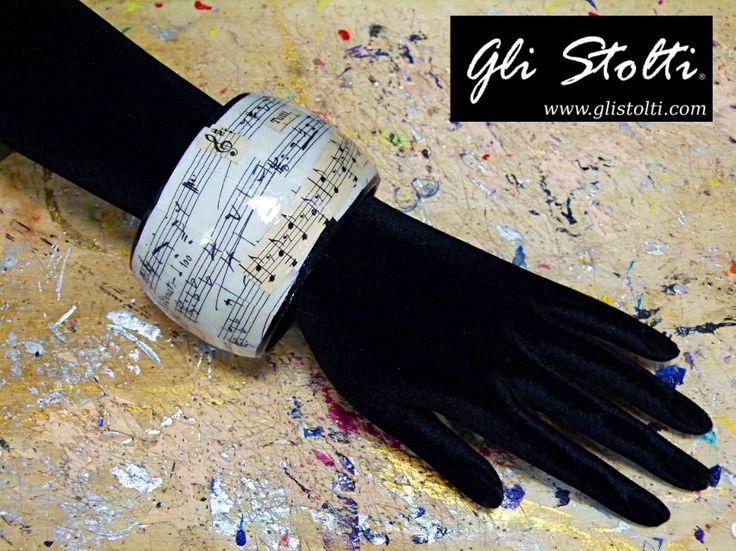 Bracciale artigianale in legno dipinto e decoupato a mano con spartiti musicali vintage originali. Vai al link per tutte le info: http://glistolti.shopmania.biz/compra/bracciale-in-legno-spartiti-musicali-alto-356 Gli Stolti Original Design. Handmade in Italy. #glistolti #moda #artigianato #madeinitaly #design #stile #roma #rome #shopping #fashion #handmade #style #bijoux #music #musica